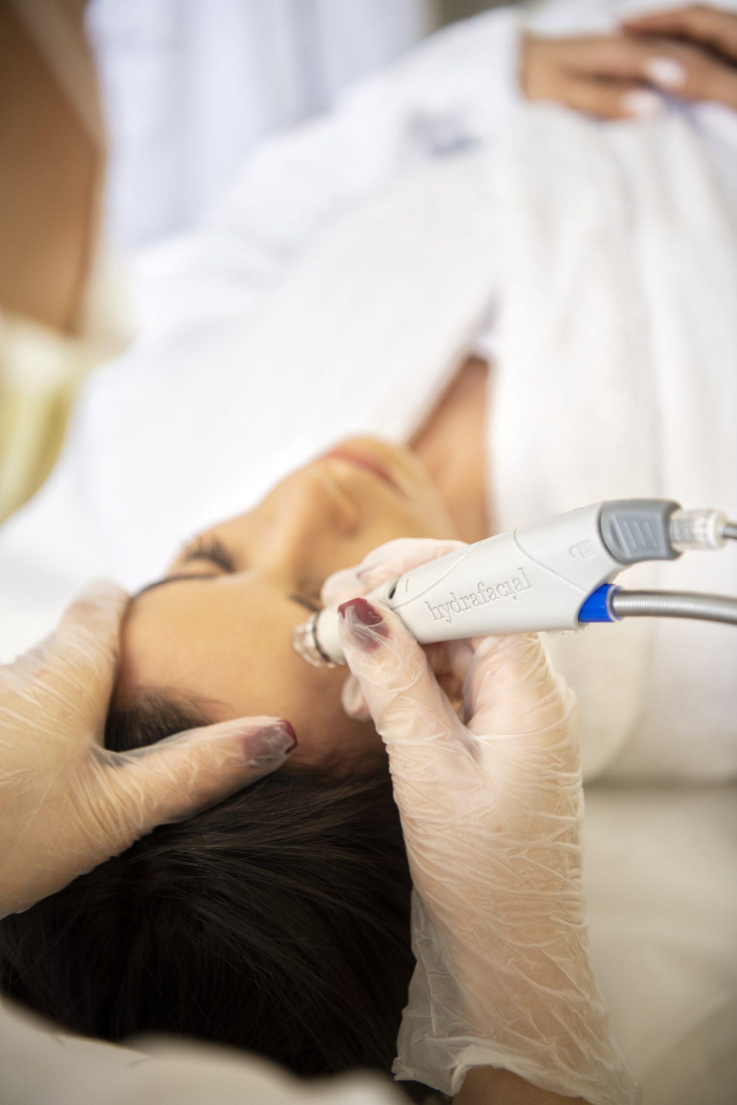 Hydrafacial е всъщност много повече и съвсем различна от обикновеното почистване на лице.