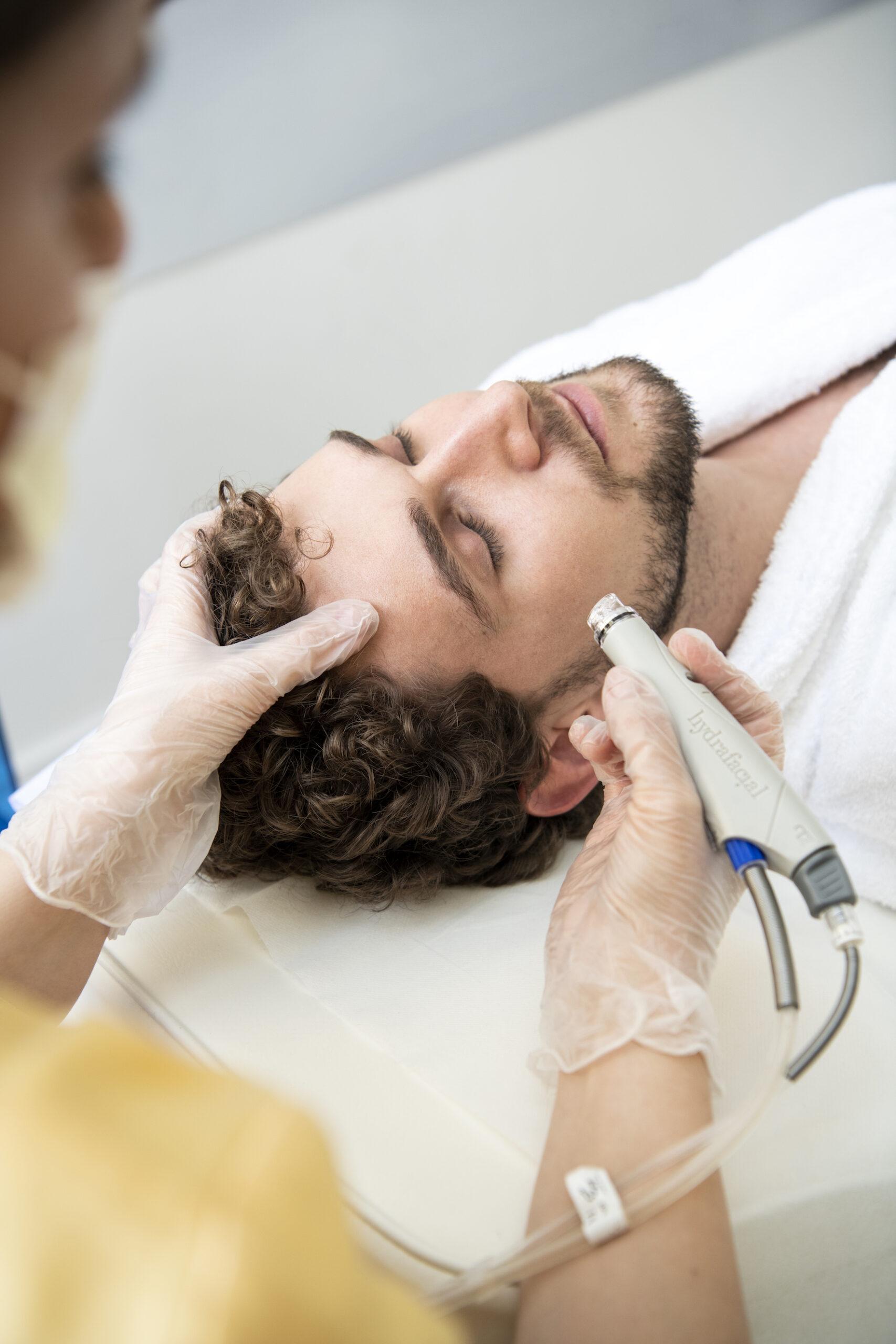 Hydrafacial 2.0 доказано води до: 90% изглаждане на ранни мимически бръчки, 94% редуциране на петна и изглаждане на тена и 97% по-гладка, мека, блестяща и млада кожа.
